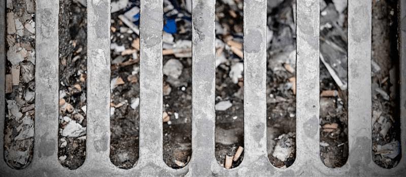 Vejbrønd fyldt cigaretskodder - Rensning af brønde